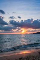 lindo pôr do sol atrás do oceano - Krabi, Tailândia foto