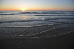 pôr do sol na costa atlântica francesa