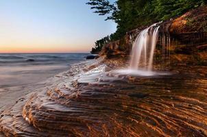 cachoeira na praia. foto