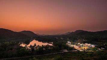 Kaeng krachan dam é uma usina hidrelétrica, phetchaburi, tailândia. foto
