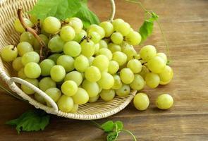 uvas brancas orgânicas em uma cesta foto