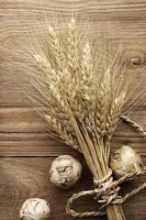 trigo no fundo de madeira
