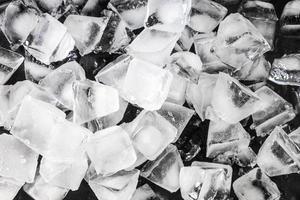 cubos de gelo em fundo preto