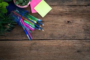papel e material de escritório em cima da mesa