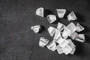 cubos de gelo em fundo preto foto