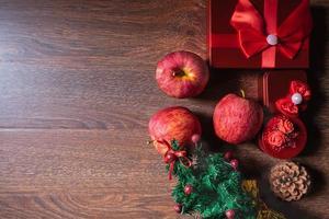 maçãs e presentes de natal foto