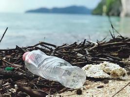 garrafa de água de plástico na praia foto