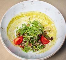 saborosa salada de vegetais com ervas foto