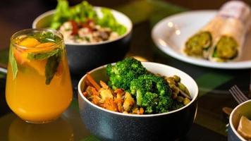 salada vegetariana com suco de laranja
