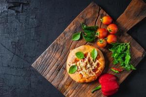 pizza na tábua de pizza de madeira