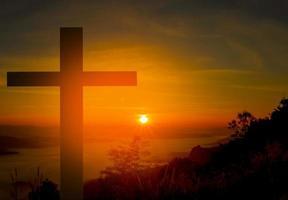 cruzar em uma montanha durante o nascer do sol foto