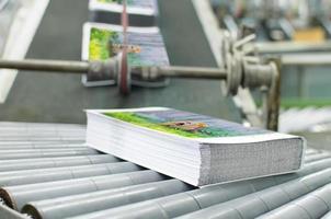 livro, revista, catálogo de linha de produção na casa da fábrica de impressão. foto