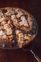 torta de maçã / pêra em uma assadeira, com ingredientes. foto