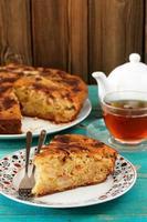 torta de maçã gostosa caseira, chá preto em copo de vidro foto