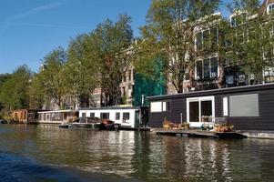 casas perto do canal de amsterdã foto