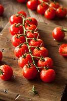 tomates-cereja vermelhos orgânicos crus foto