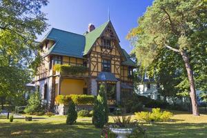 casa velha idílica em queda foto