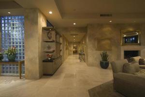 corredor com piso de mármore ao longo da casa foto