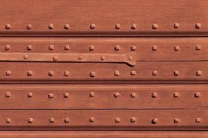 textura de madeira podre envelhecida resistida com pregos de metal. foto