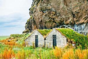 casas islandesas tradicionais com telhado de grama