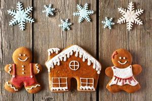 casal de pão de mel de natal e biscoitos caseiros foto