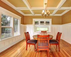 sala de jantar em uma casa antiga foto