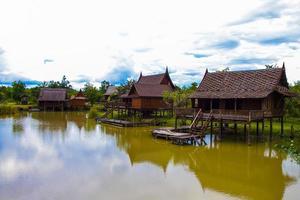 casa de estilo tailandês à beira do lago na Tailândia.