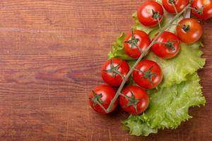 ramo de tomate em mesa de madeira vintage foto