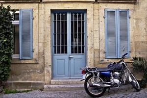 casa de pedra na frente de uma motocicleta foto