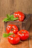 tomates em caixa de madeira foto