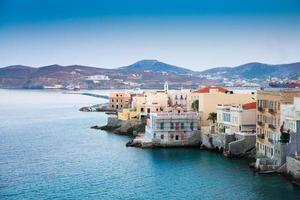 ilha grega com casas coloridas