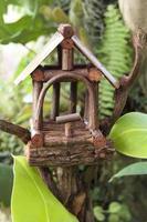 casa de passarinho na natureza foto