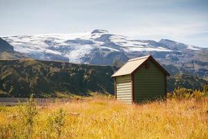 casa de madeira em frente à geleira