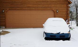 entrada de automóveis coberta de neve
