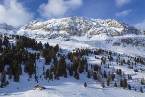 pequena casa em uma paisagem de montanha invernal