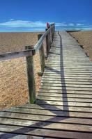 calçadão à beira-mar