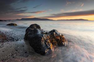 pôr do sol costeiro tranquilo na praia do Oceano Atlântico na Islândia