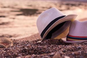 dois chapéus na praia.