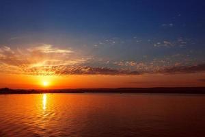 pôr do sol colorido sobre o lago