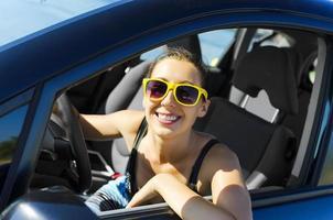motorista de carro feliz