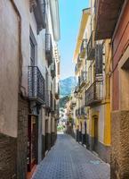 rua lateral na cidade de Cazorla foto