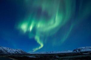 aurora boreal verde escaldante sobre a Islândia central