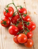 close up de tomate isolado no branco foto