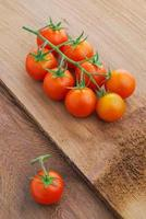 close up de tomate cereja na videira foto