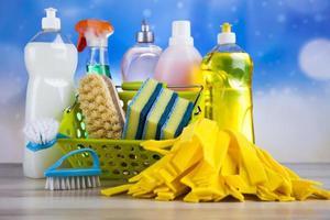 variedade de produtos de limpeza, trabalho doméstico tema colorido foto