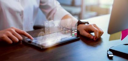 mão pressionando tablet digital de empresária