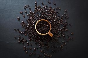 grãos de café em uma mesa foto