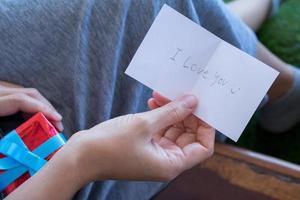 mulher está lendo cartão do dia dos namorados
