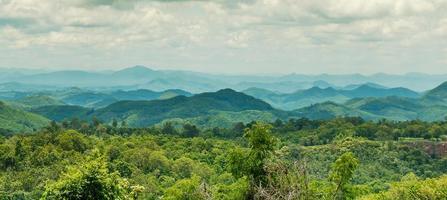 montanhas cobertas de floresta foto