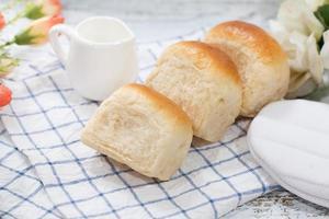 Pão fresco feito em casa no fundo da mesa branca foto